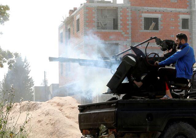 Integrante do governo reconhecido pela ONU combate forças rivais em Trípoli, na Líbia