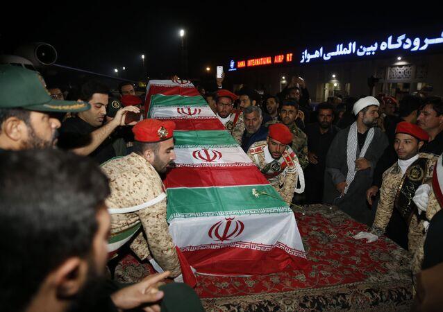 Militares com o caixão do general Qassem Soleimani após chegada no aeroporto de Ahvaz, 5 de janeiro de 2020
