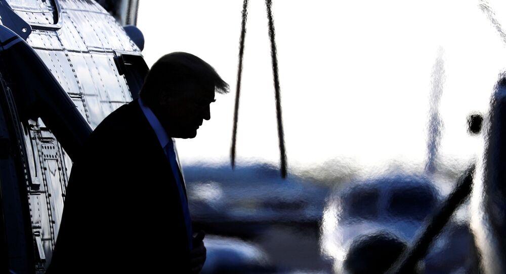 Presidente dos EUA Donald Trump descendo do Marine One no Aeroporto Executivo de Miami, na Flórida, 3 de janeiro de 2020