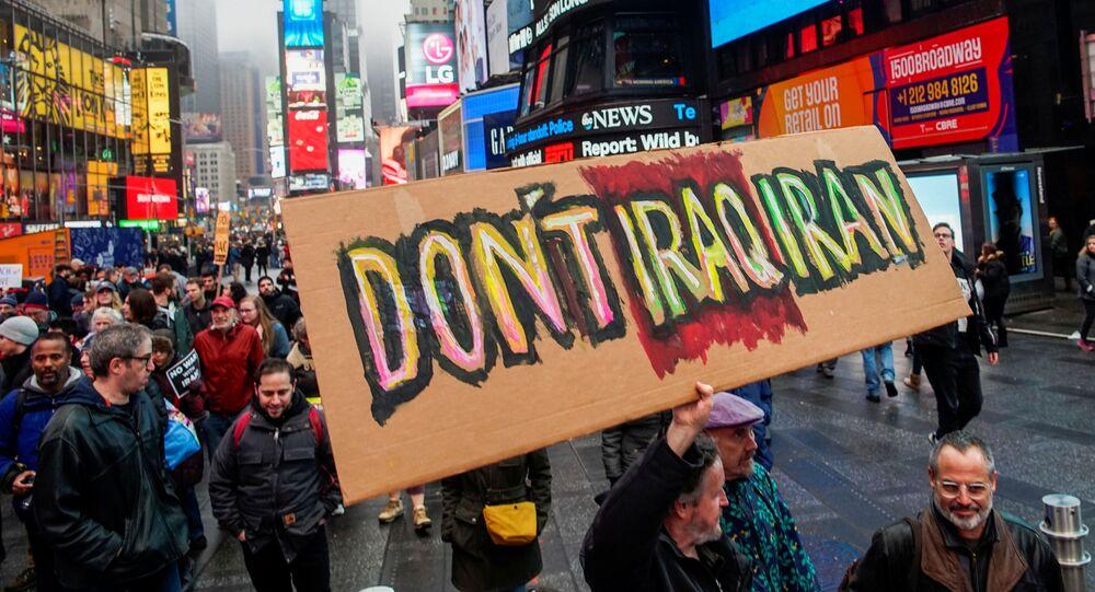 Manifestantes em protesto contra a guerra em meio às tensões entre os EUA e Irã, Times Square, Nova York, 4 de janeiro de 2020