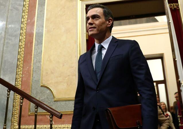 Atual premiê da Espanha, Pedro Sánchez, chegando para debate de investidura no parlamento de Madri