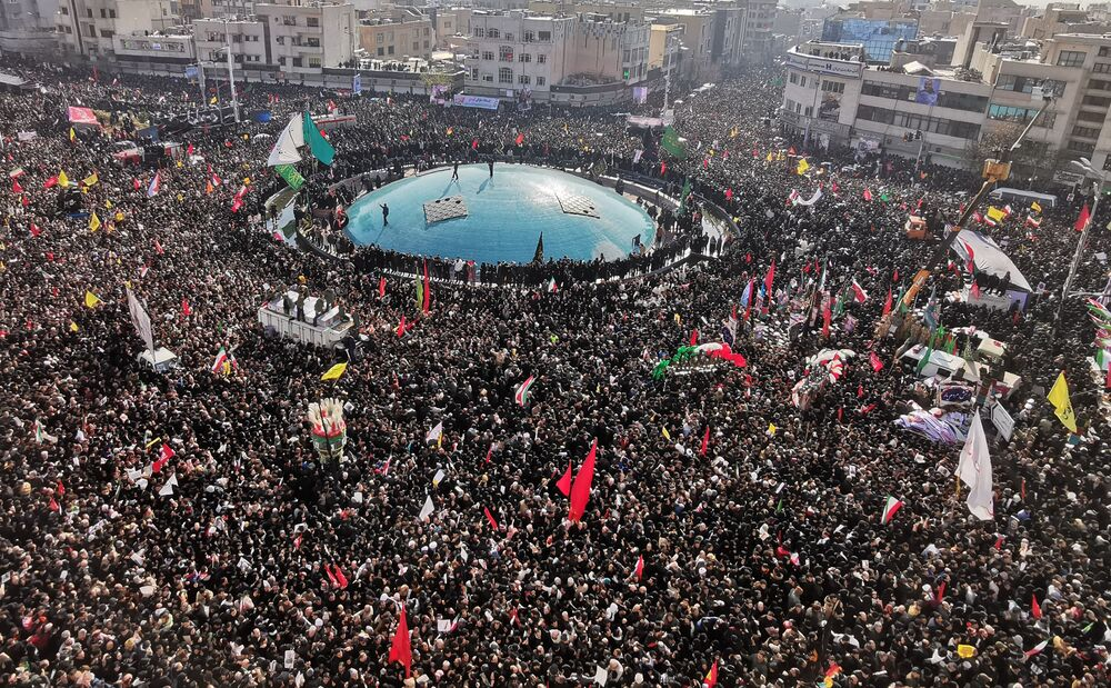 Multidão faz homenagem ao major-general iraniano Qassem Soleimani em seu cortejo fúnebre em Teerã, Irã