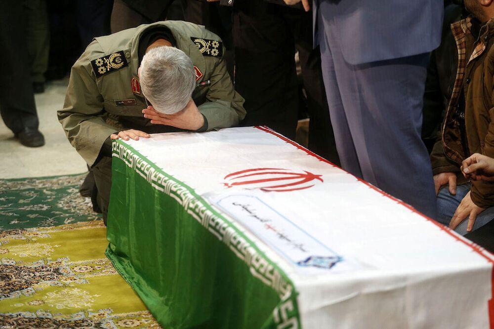 Sucessor de Qassem Soleimani, o general de brigada Esmail Ghaani, reza diante do caixão de Soleimani, ex-chefe da Força Quds, em Teerã, Irã