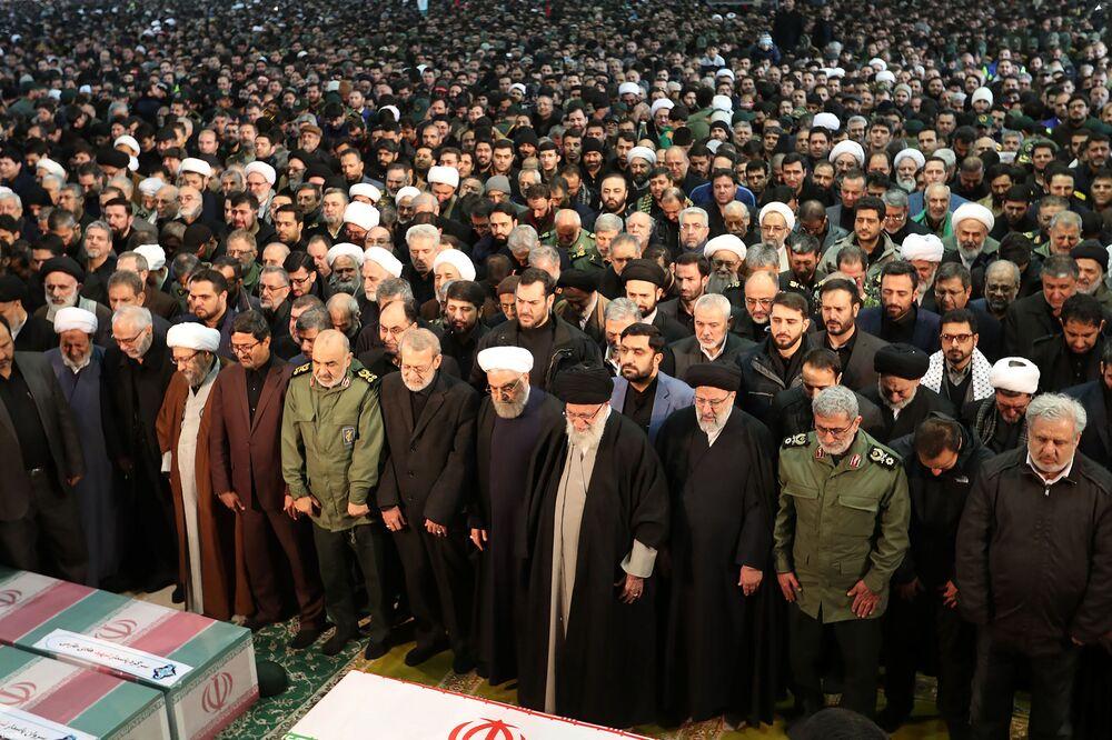 Autoridades iranianas presentes no funeral do major-general iraniano Qassem Soleimani morto após ataque dos EUA em Bagdá