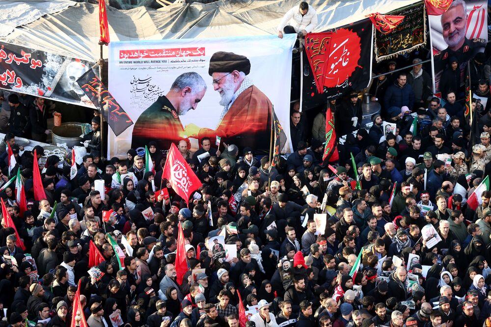 Iranianos presentes em cortejo fúnebre de Qassem Soleimani, chefe da Força Quds, e do membro sênior das Forças de Mobilização Popular Shia do Iraque, Abu Mahdi al-Muhandis