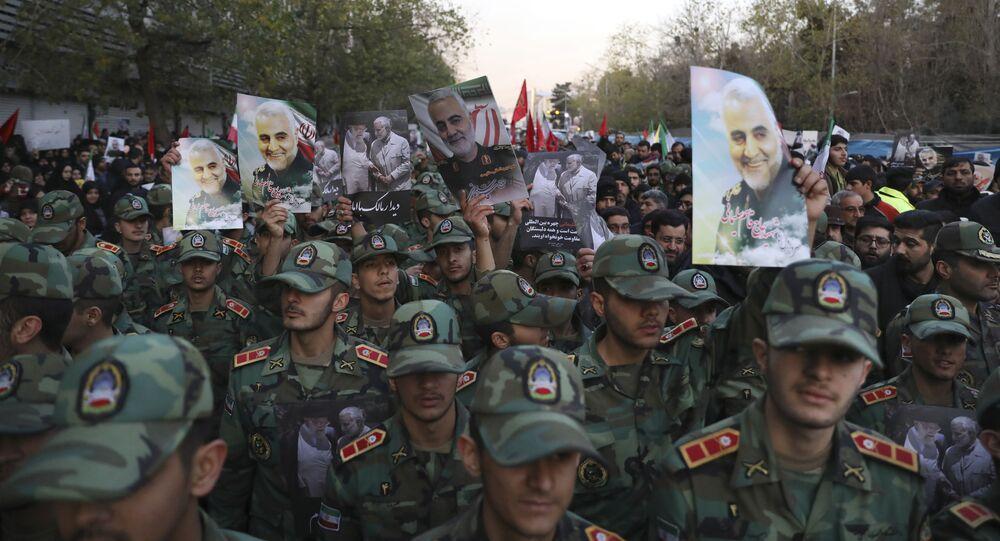 Cadetes do Exército iraniano atendendo à cerimônia fúnebre de Qassem Soleimani com retratos do militar
