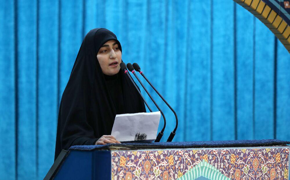 Zeinab Soleimani, filha do major-general iraniano Qassem Soleimani, fala durante o funeral de seu pai na Universidade de Teerã, no Irã