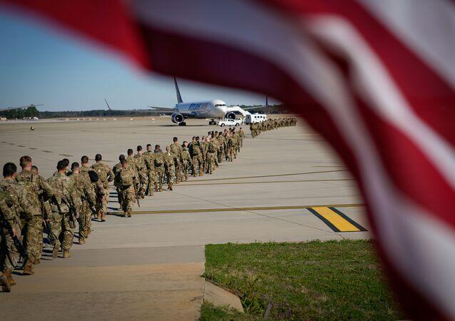 Paraquedistas norte-americanos caminhando em direção à aeronave antes de partir para o Oriente Médio de Fort Bragg, Carolina do Norte, EUA, 5 de janeiro de 2020