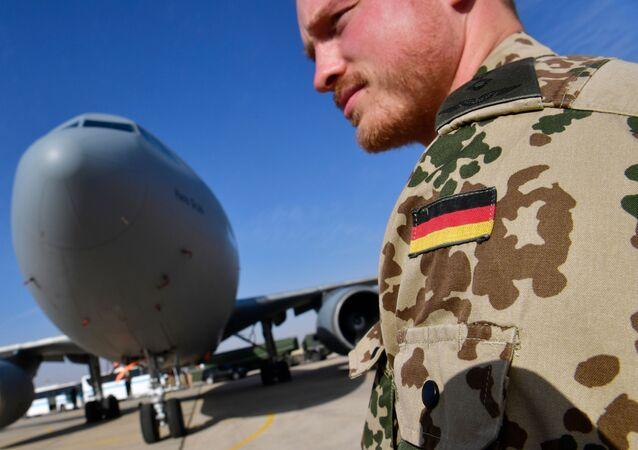 Militar alemão perto do avião de reabastecimento Airbus A-310 na base aérea de Al Azraq, Jordânia, 13 de janeiro de 2018 (foto de arquivo)