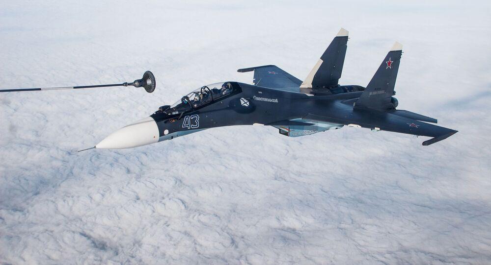 Reabastecimento de caça 30-30SM durante treinos da aviação da Frota do Mar Negro da Rússia