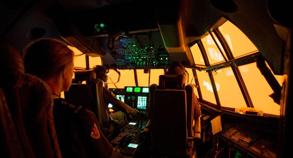 A fumaça vermelha vista da cabine de piloto do avião C-130J Hercules que tenta aterrissar na pista de Merimbula para desembarcar equipes de resgate e bombeiros responsáveis pela contenção dos incêndios florestais na Austrália, 5 de janeiro de 2020