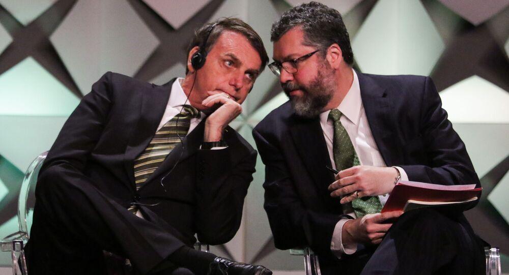 Chanceler Ernesto Araújo ao lado do presidente Jair Bolsonaro em São Paulo