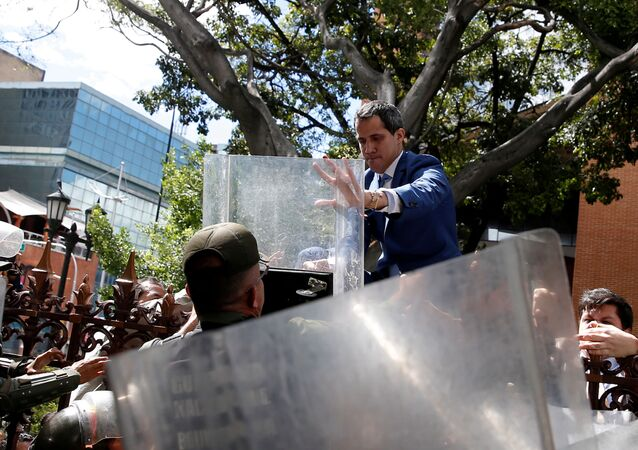Deputado opositor Juan Guaidó, tenta entrar no Palácio Legislativo, em Caracas
