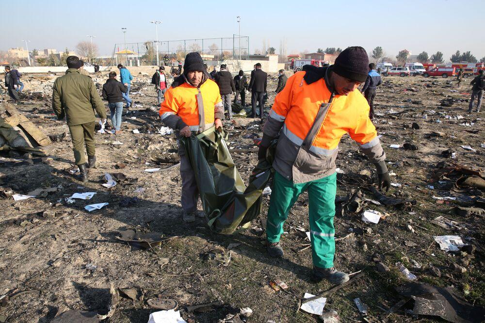 Socorristas em meio aos escombros do Boeing 737 do voo PS752 Teerã-Kiev, que caiu após decolar do Aeroporto Internacional Imã Khomeini, em Teerã
