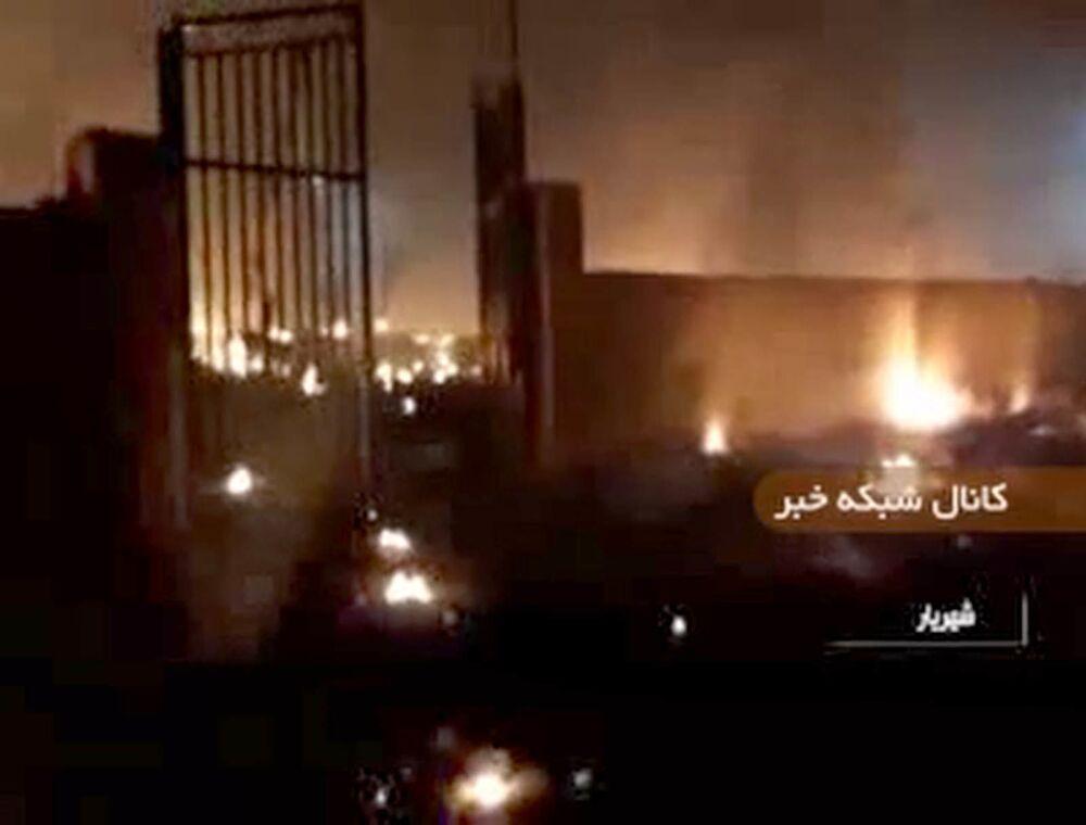 Imagem obtida pelo canal de TV estatal IRIB mostra escombros do Boeing 737 do voo PS752 Teerã-Kiev em chamas