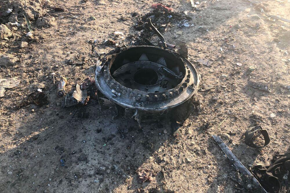 Destroços do avião do voo PS752 Teerã-Kiev após cair e matar todas as 176 pessoas a bordo, em 8 de janeiro de 2020
