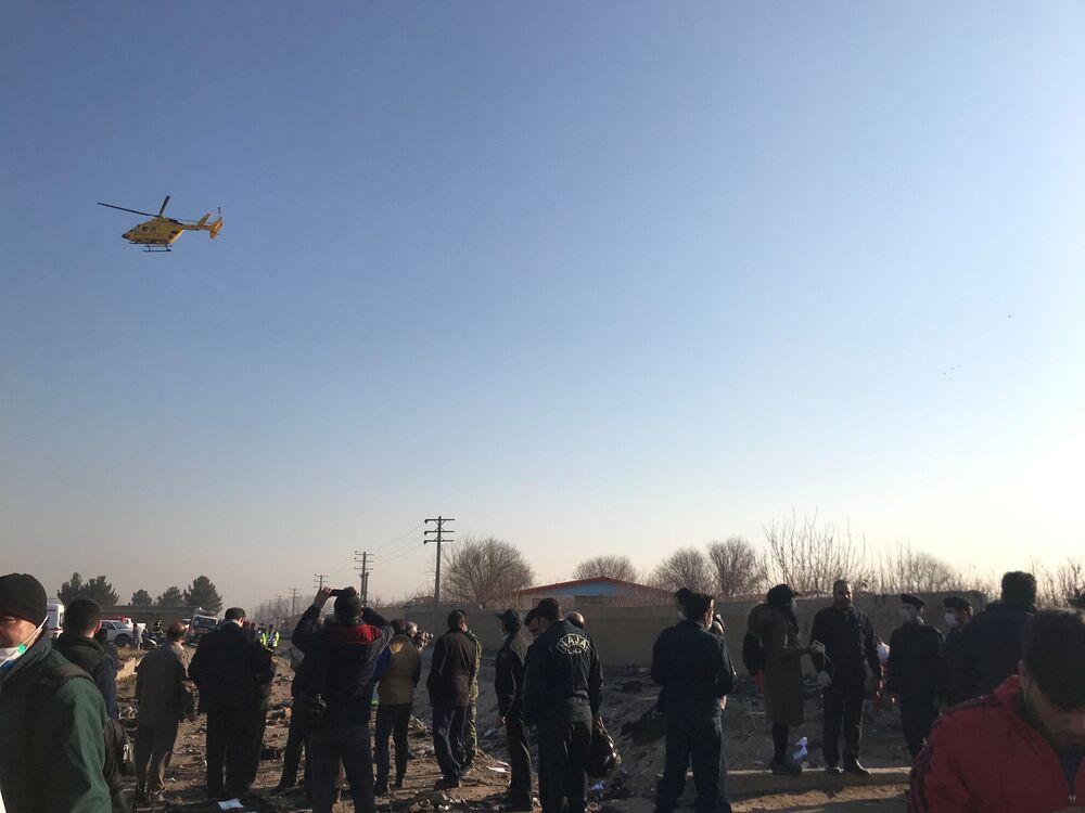 Socorristas no local da queda do voo PS752 Teerã-Kiev, em 8 de janeiro de 2020