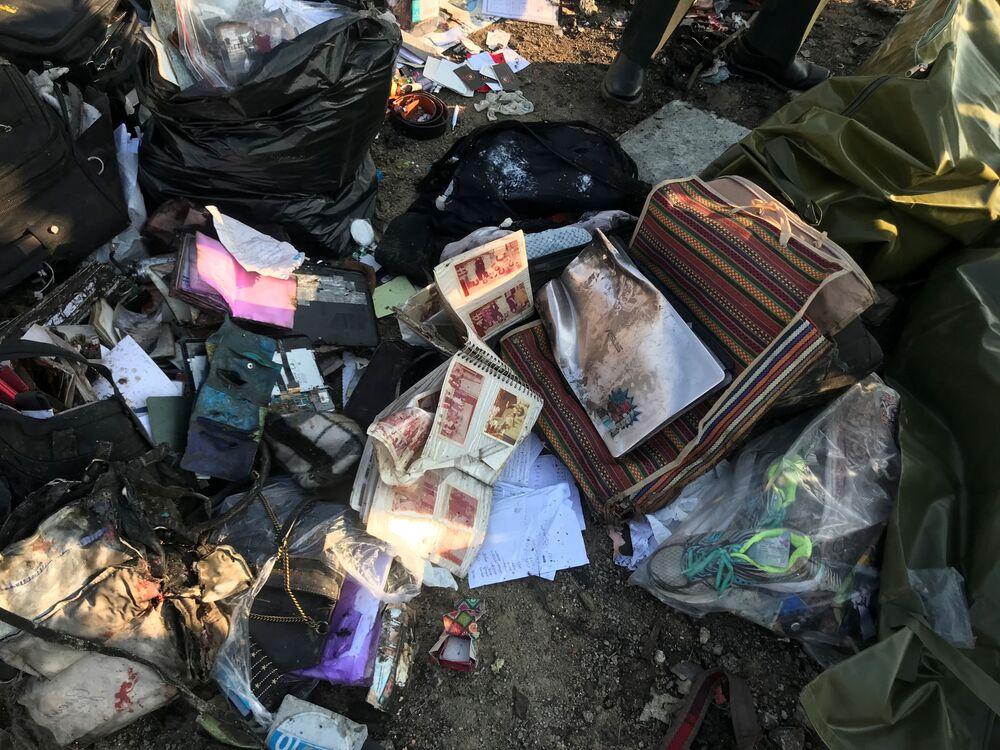 Pertences das vítimas da queda do voo PS752 Teerã-Kiev no local do acidente nas proximidades do Aeroporto Internacional Imã Khomeini em Teerã