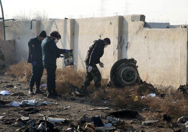 Equipes de resgate trabalham no local da queda do Boeing 737 do voo PS752 Teerã-Kiev, que levou a vida de todas as 176 pessoas a bordo