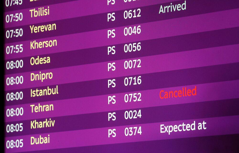 Painel de chegadas do Aeroporto Internacional de Kiev-Borispol mostra voo PS752 cancelado após sua queda