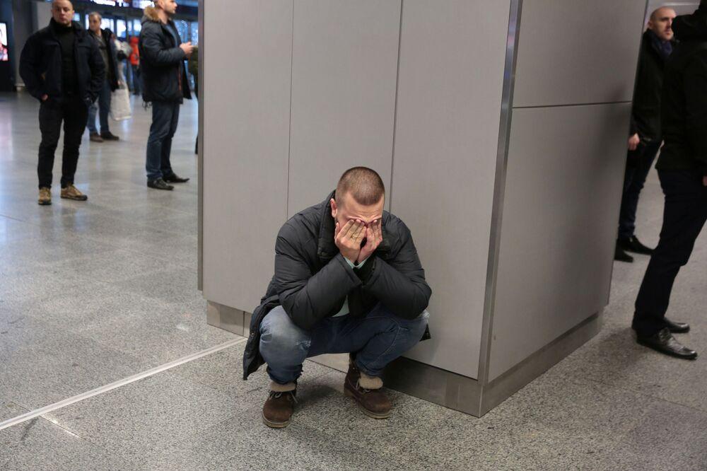 Parente de uma das vítimas do voo PS752 que caiu próximo da capital iraniana, Teerã, chorando no aeroporto de destino, Kiev-Borispol, na Ucrânia