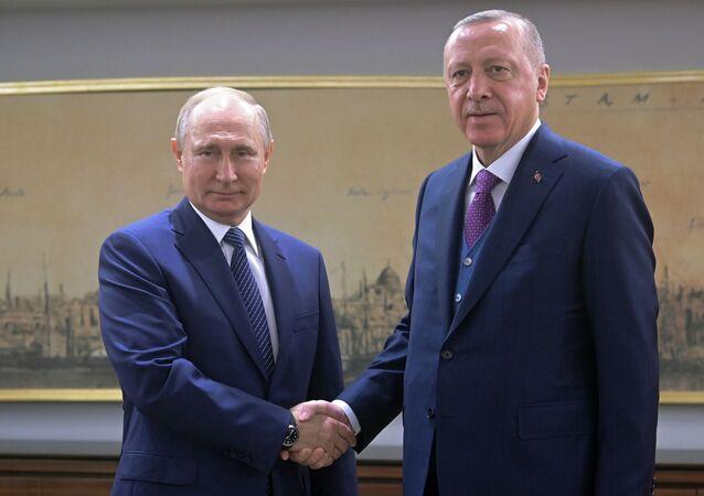 O presidente russo Vladimir Putin aperta a mão do presidente turco Recep Tayyip Erdogan durantereunião em Istambul, Turquia.