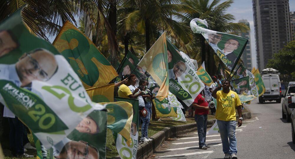 Eleitores fazem campanha em frente à casa de Jair Bolsonaro (PSL), na barra da Tijuca, no Rio de Janeiro, durante as eleições de 2018