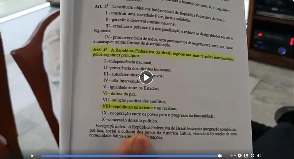 Em transmissão no Facebook, Bolsonaro mostra Constituição