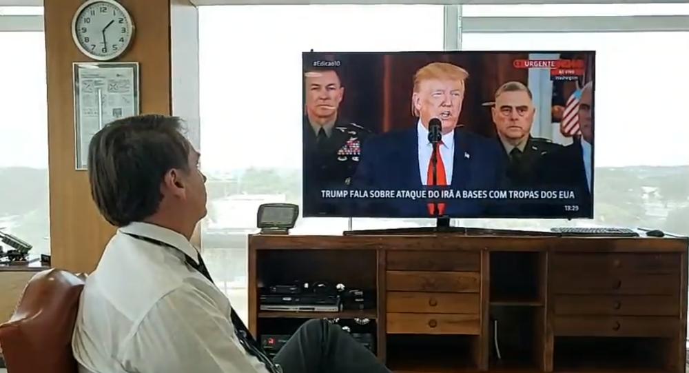 Em transmissão ao vivo no Facebook, Bolsonaro assiste pronunciamento de Trump