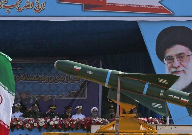 Míssil iraniano durante parada militar em Teerã (foto de arquivo)