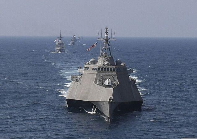 Navio de guerra dos EUA USS Montgomery em formação naval no golfo da Tailândia (foto de arquivo)