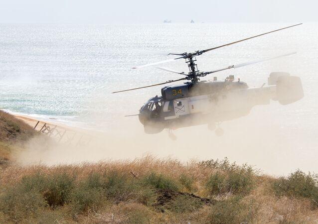 Helicóptero Ka-27 durante treinos