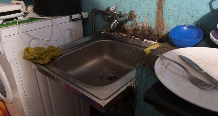 Pia de cozinha de alojamento de imigrantes ilegais em Lisboa, Portugal