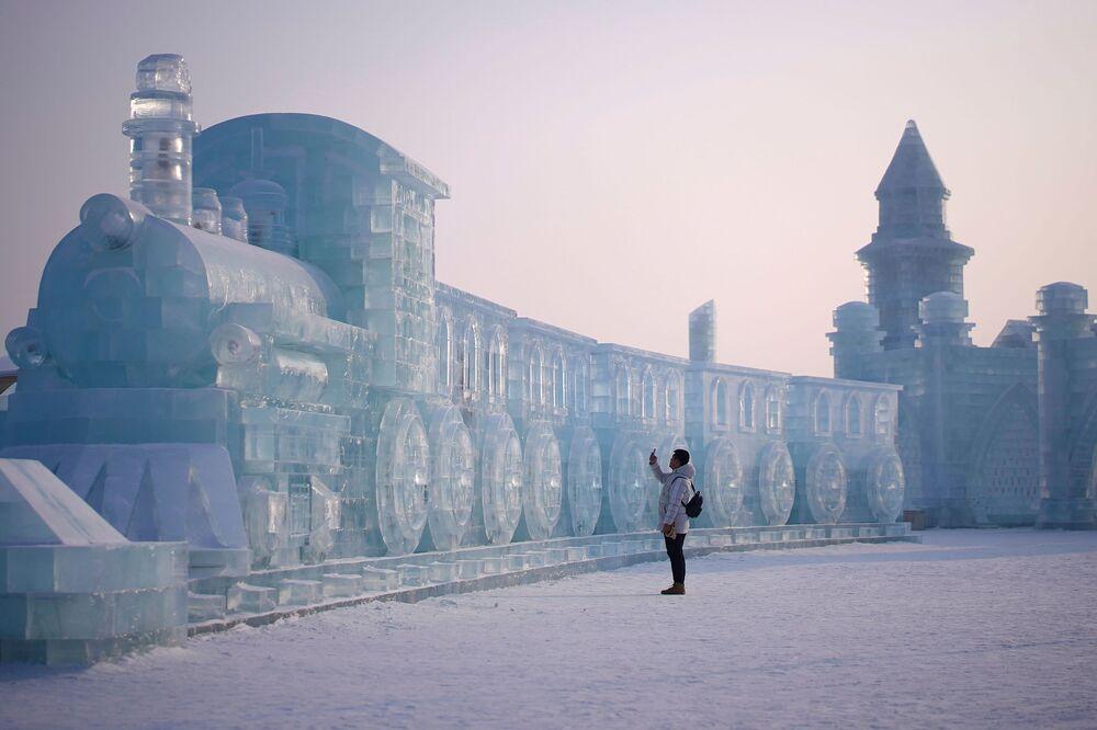 Visitante observa esculturas de gelo no festival anual de esculturas em gelo de Harbin, na China