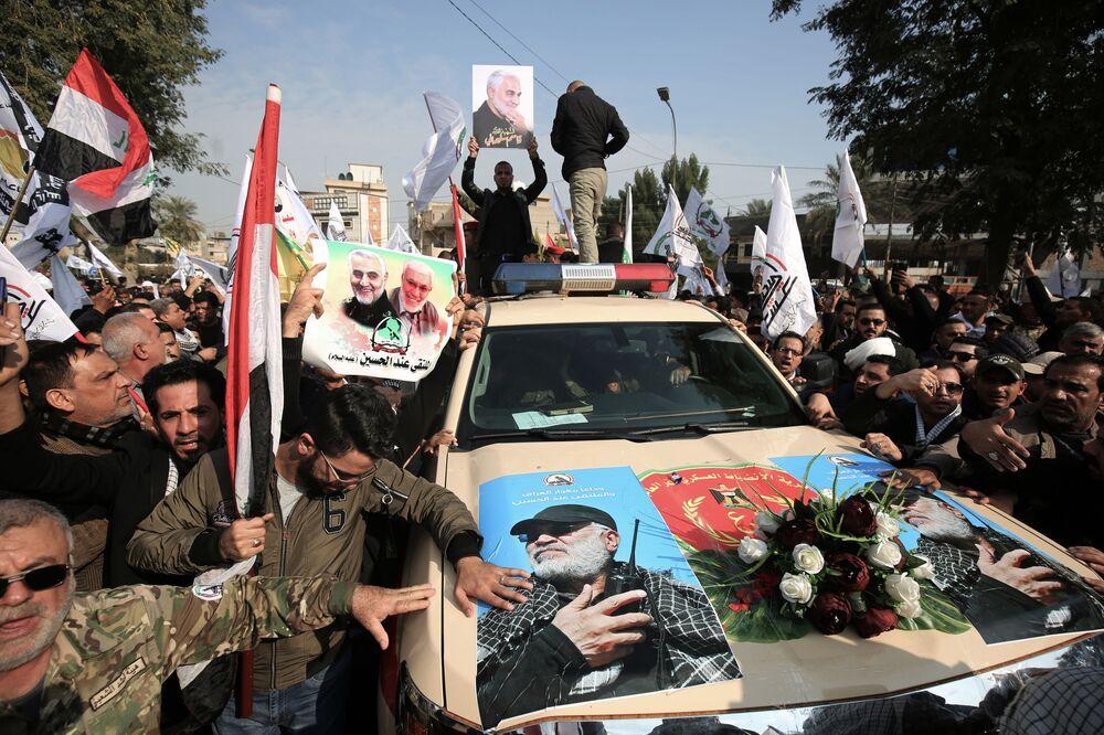 Procissão durante o funeral do comandante da milícia iraquiana, Abu Mahdi al-Muhandis, em Bagdá, no Iraque