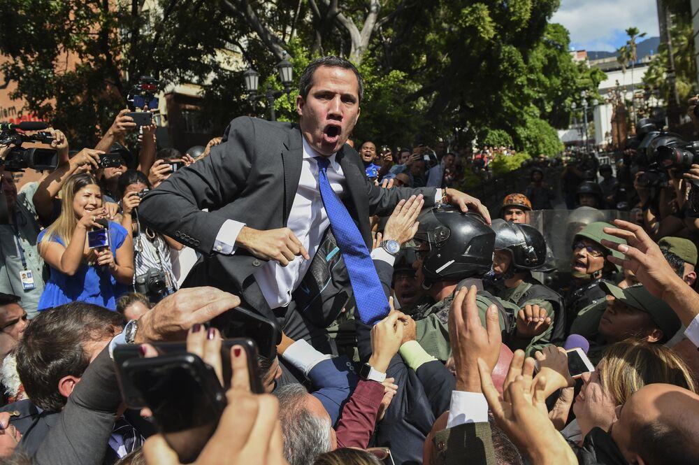 O líder da oposição venezuelana, Juan Guaidó, cercado por jornalistas próximo à Assembleia Nacional da Venezuela, em Caraca