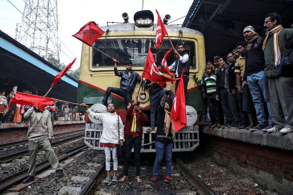 Membros do Partido Comunista da Índia (Marxista) paralisam trens em protesto contra o governo, em Calcutá, na Índia