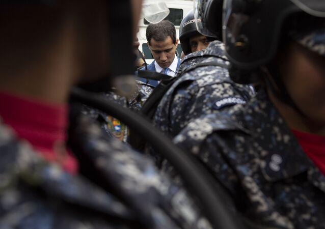 Líder da oposição na Venezuela, Juan Guaido, do lado de fora da Assembleia Nacional venezuelana, em 5 de janeiro de 2020