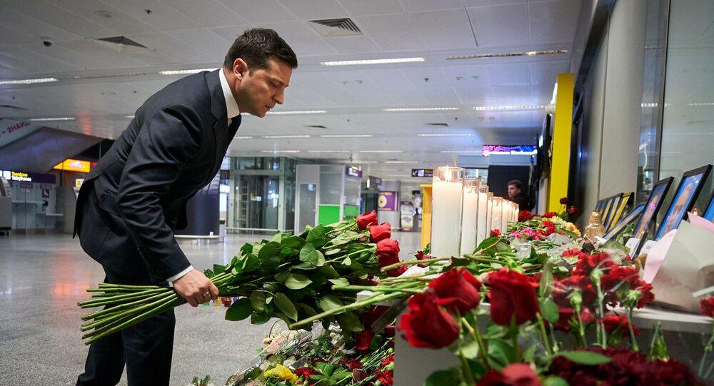 O presidente ucraniano, Vladimir Zelensky, coloca flores em homenagem às vítimas do recente acidente com um Boeing 737-800 da Ukraine International Airlines em um memorial no aeroporto Internacional de Boryspil, nos arredores de Kiev, na Ucrânia, em 9 de janeiro de 2020
