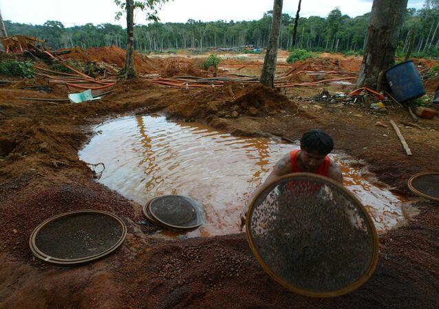 Índios da etnia cinta-larga trabalham em garimpo de diamantes ilegal na terra indígena Parque Aripuanã, em Pimenta Bueno (a 700 km de Porto Velho), no Estado de Rondônia.