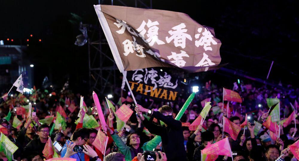 Apoiadores do Partido Democrático Progressista comemoram vitória nas eleições de Taiwan