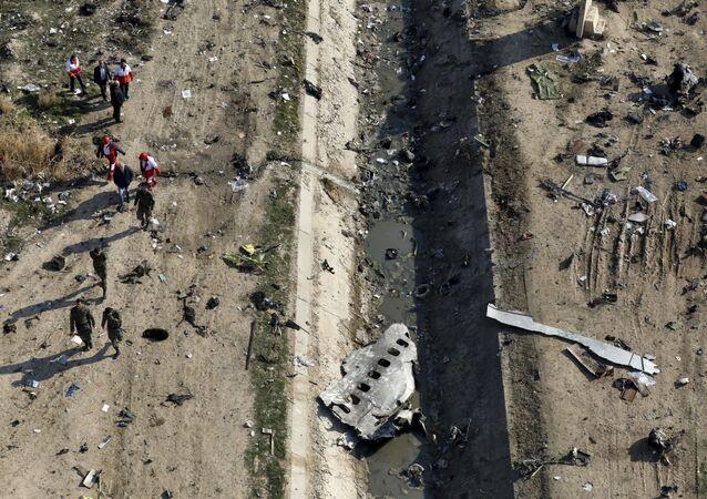 No local do acidente do Boeing 737-800, perto do Aeroporto Internacional Imã Khomeini em Teerã
