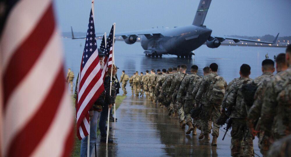 Soldados dos EUA se dirigem à avião para deslocamento no Iraque (foto de arquivo)