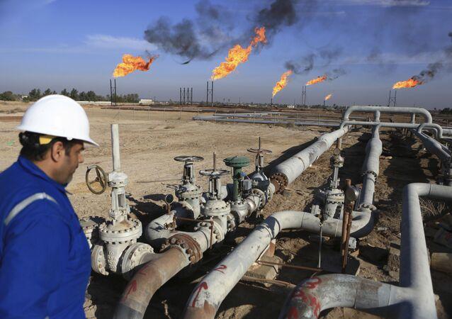 Trabalhador iraquiano no campo de petróleo Nihran Bin Omar, ao sul de Bagdá (foto de arquivo)