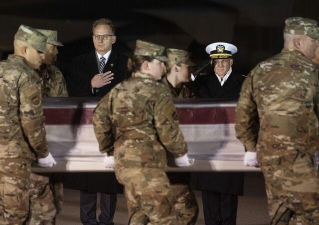 Oficiais da Marinha observam time da Força Aérea que tranfere caixão de militar morto durante ataque de atirador saudita em base aérea na Flórida, EUA, em 8 de dezembro de 2019
