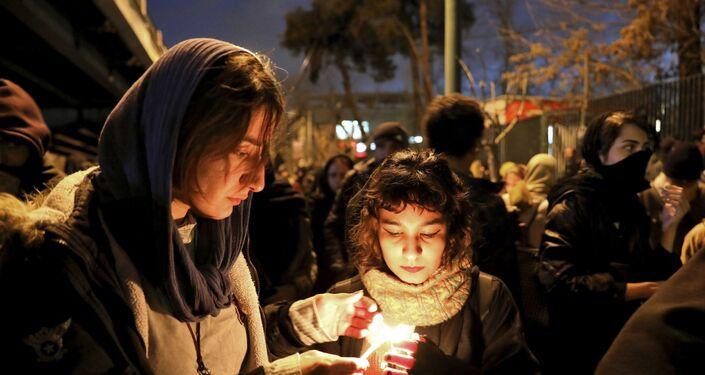 Estudantes reunidos na Universidade Amri Kabir, em Teerã, para prestar homenagem às vítimas do Boeing 737-800 ucraniano, em 11 de janeiro de 2020