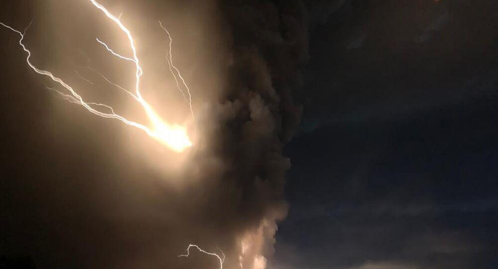 Vulcão Taal entra em erupção nas Filipinas em meio a tempestade de relâmpagos, em 12 de janeiro de 2020