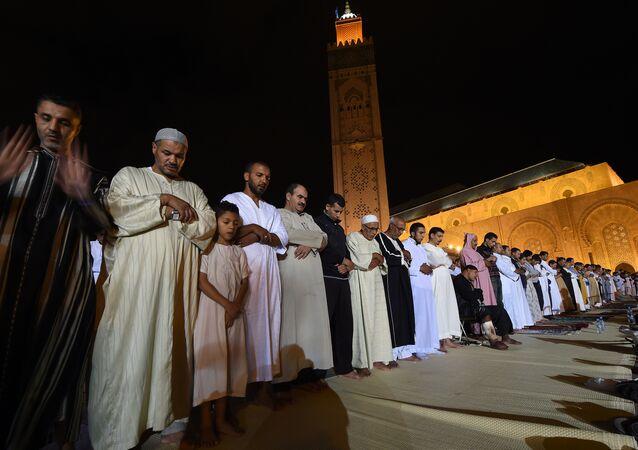 Muçulmanos participam de oração coletiva na mesquita Hassan II, em Casablanca