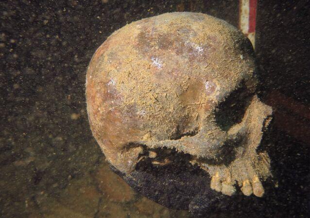 Crânio encontrado pelos arqueólogos indonésios no local de um submarino alemão afundado na época da Segunda Guerra Mundial