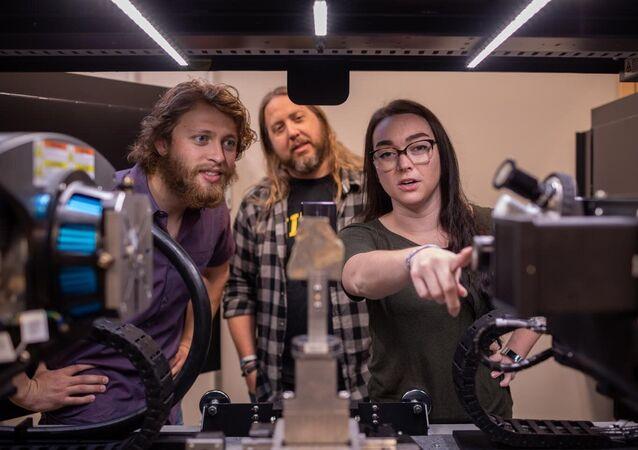 Cientistas Jim Schiffbauer e Tara Selly trabalham na Universidade de Missouri